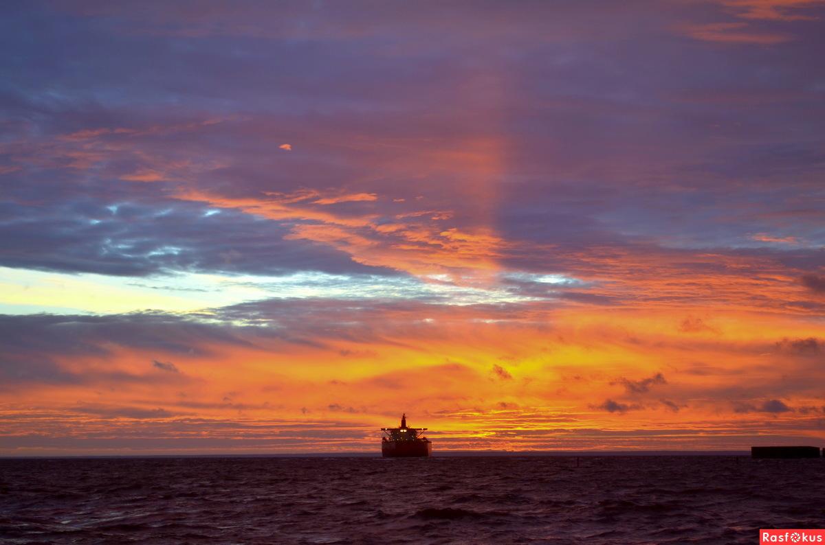 Уходят в море корабли покорять океанские просторы