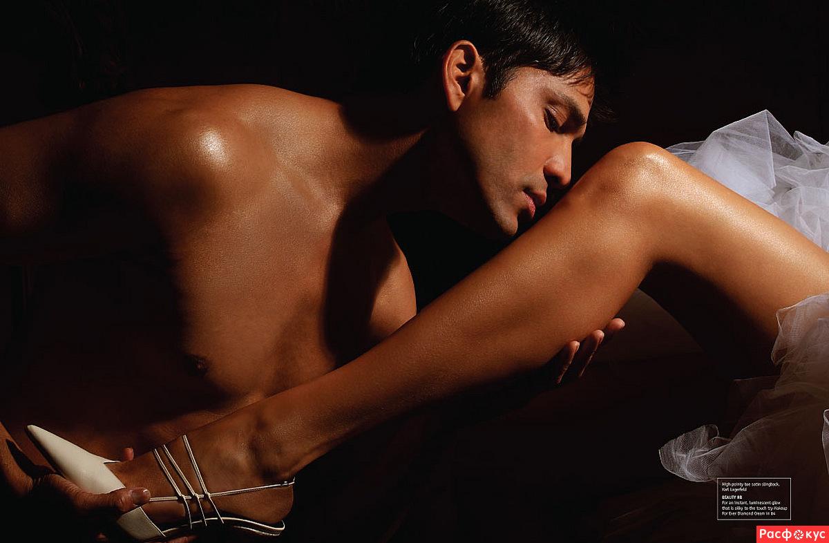 парень целует ноги у девушки
