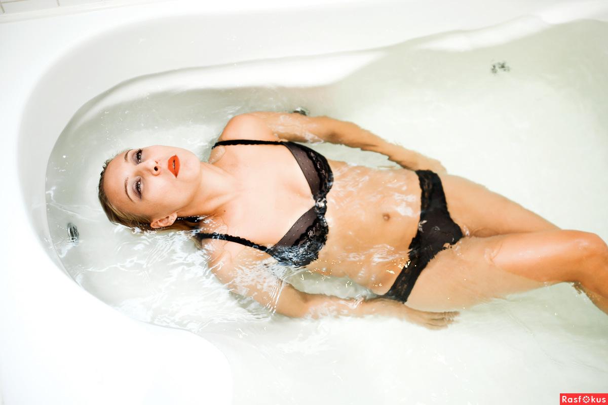 девушка мастурбирует под струей воды