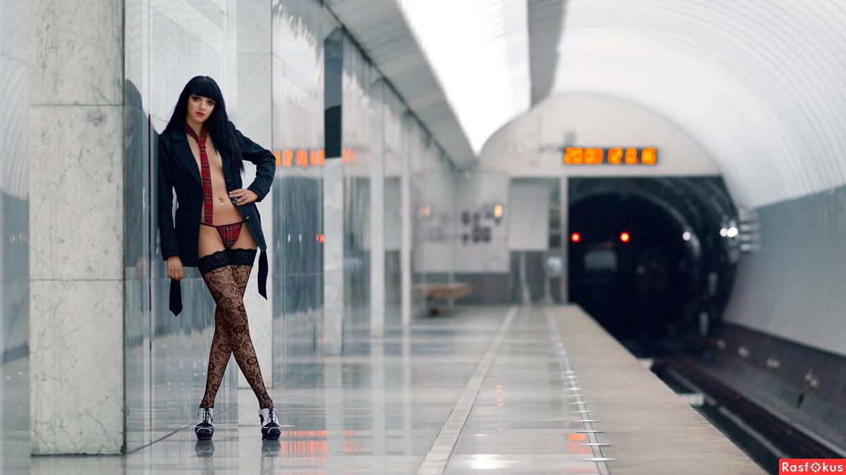 Фото красивая девушка в метро 20 фотография