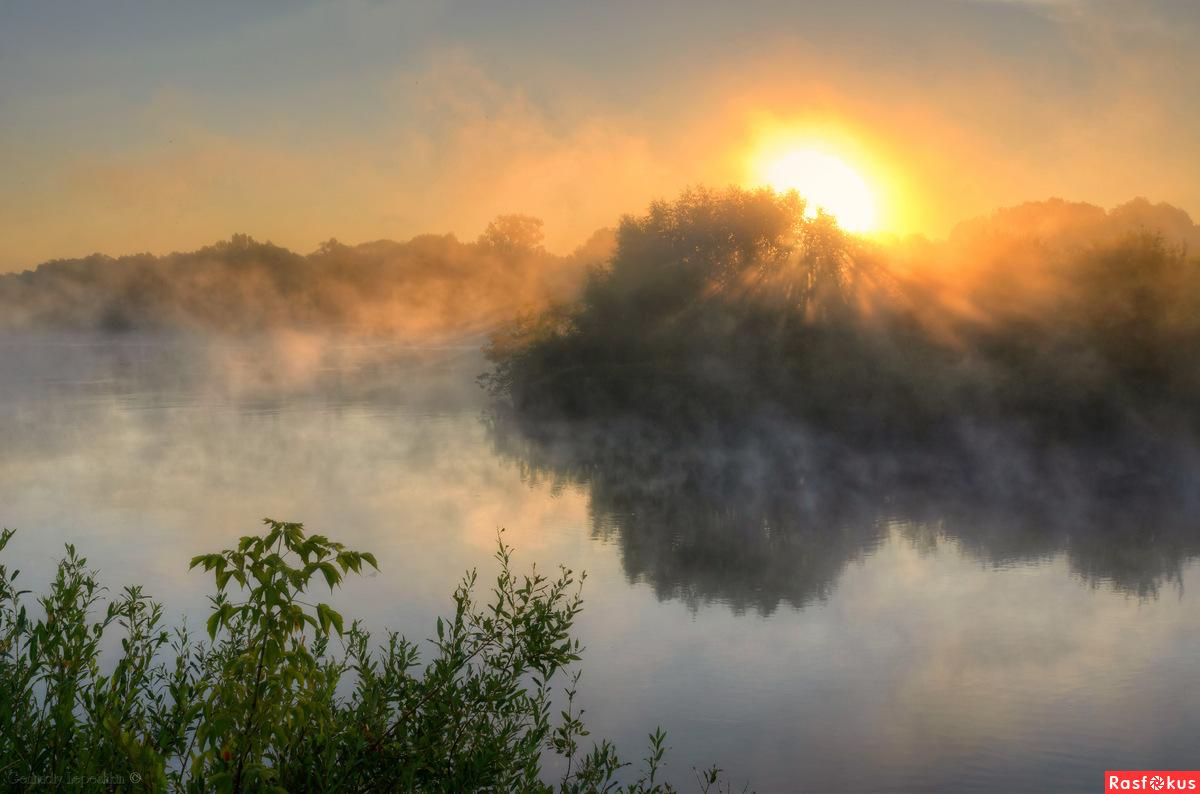 Встаёт над речкою рассвет.