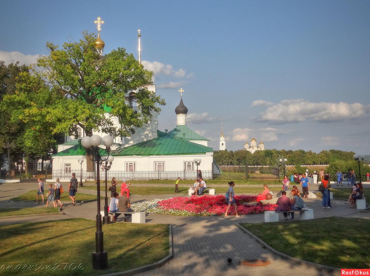 У памятника Владимирской вишне