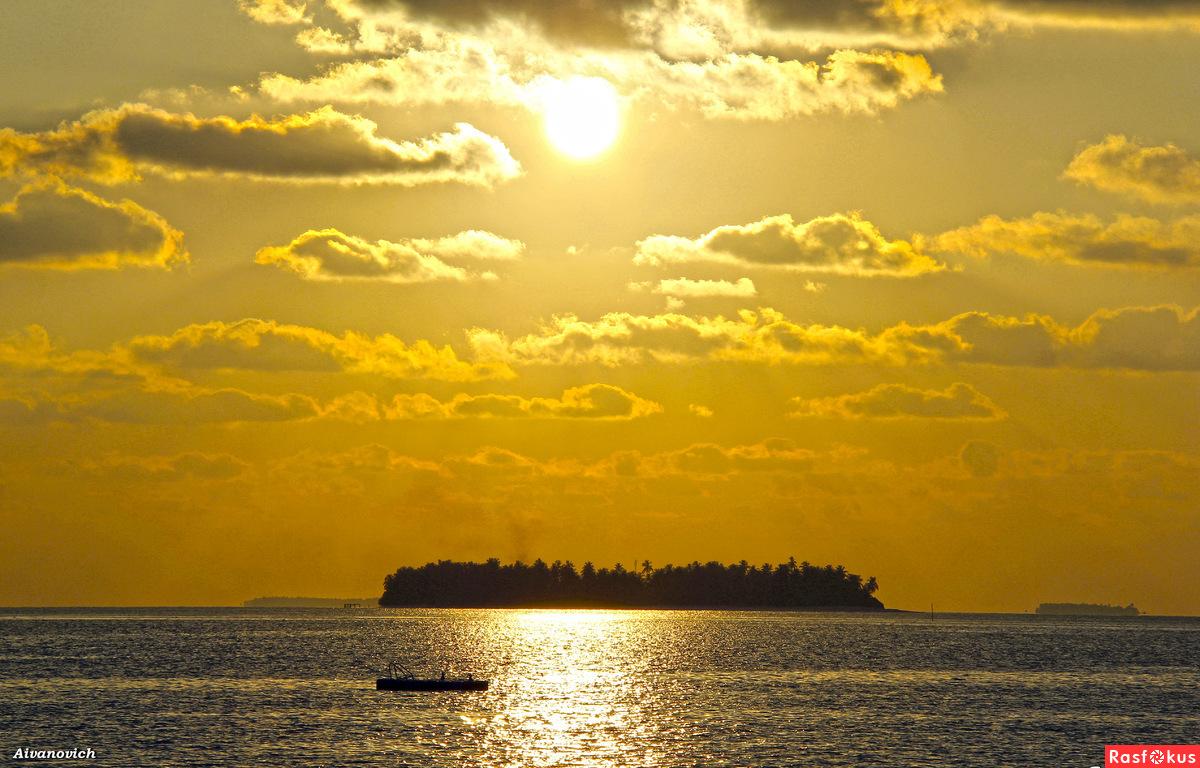 Пылало небо золотом заката