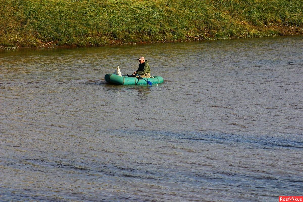 браконьер на резиновой лодке