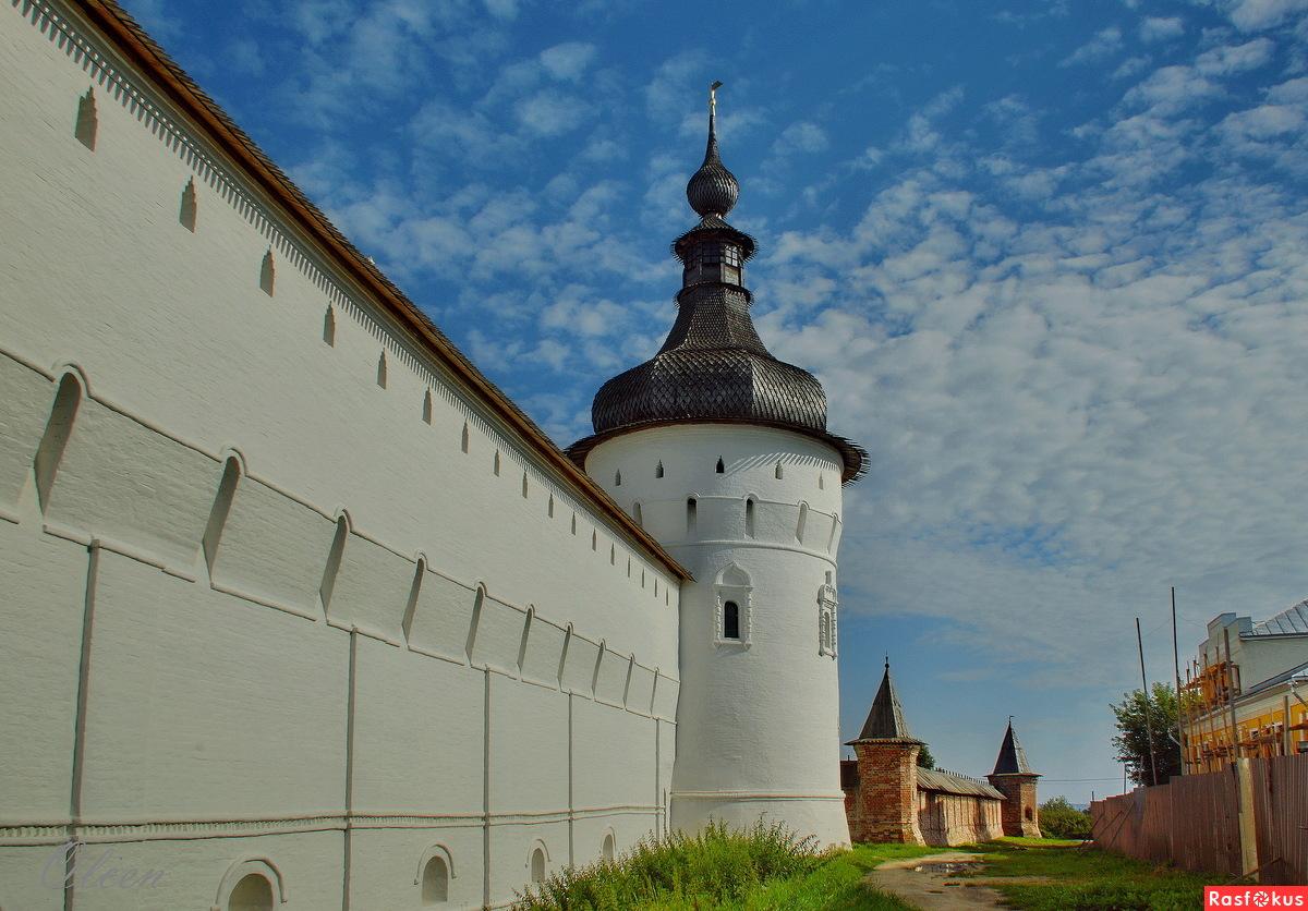 У стен Ростовского Кремля