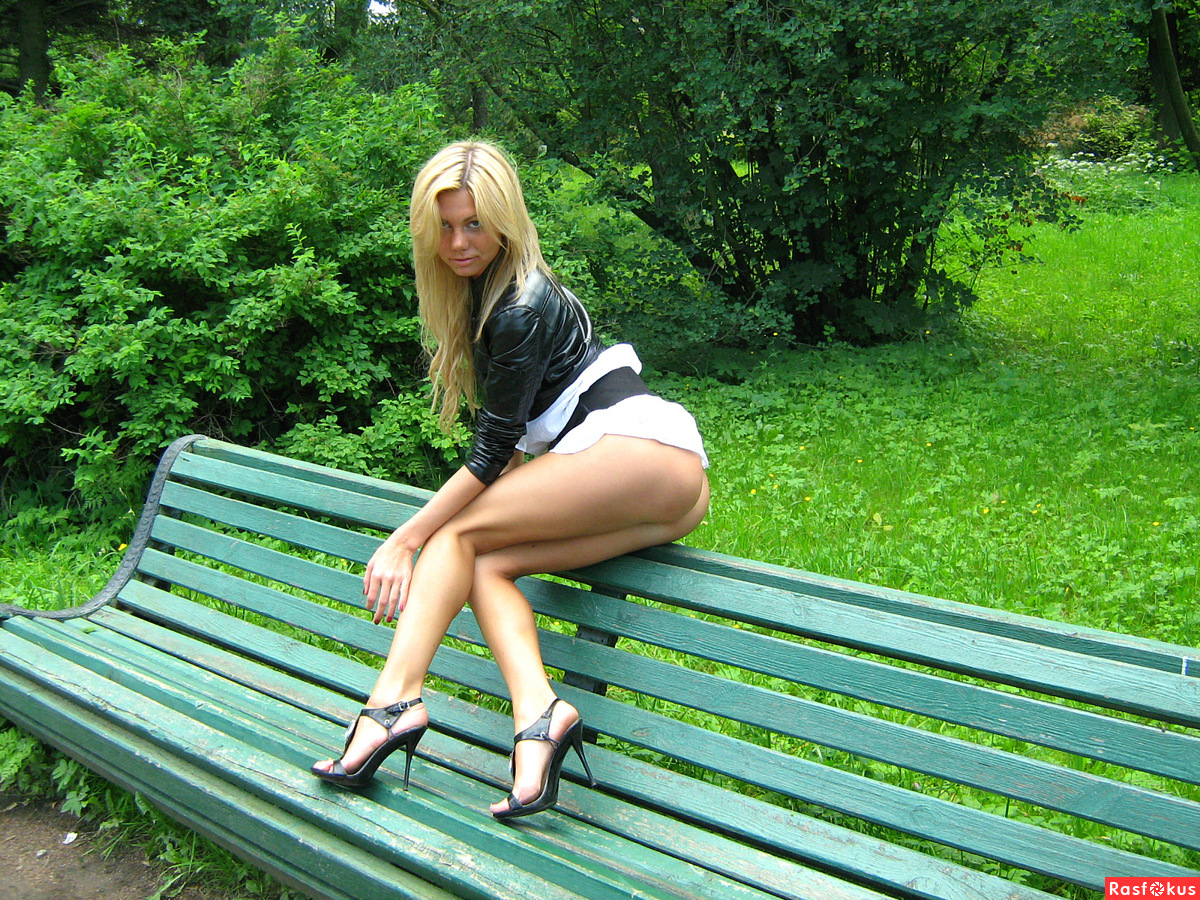 Смотреть как блондинка мастурбирует на лавочке в парке 20 фотография