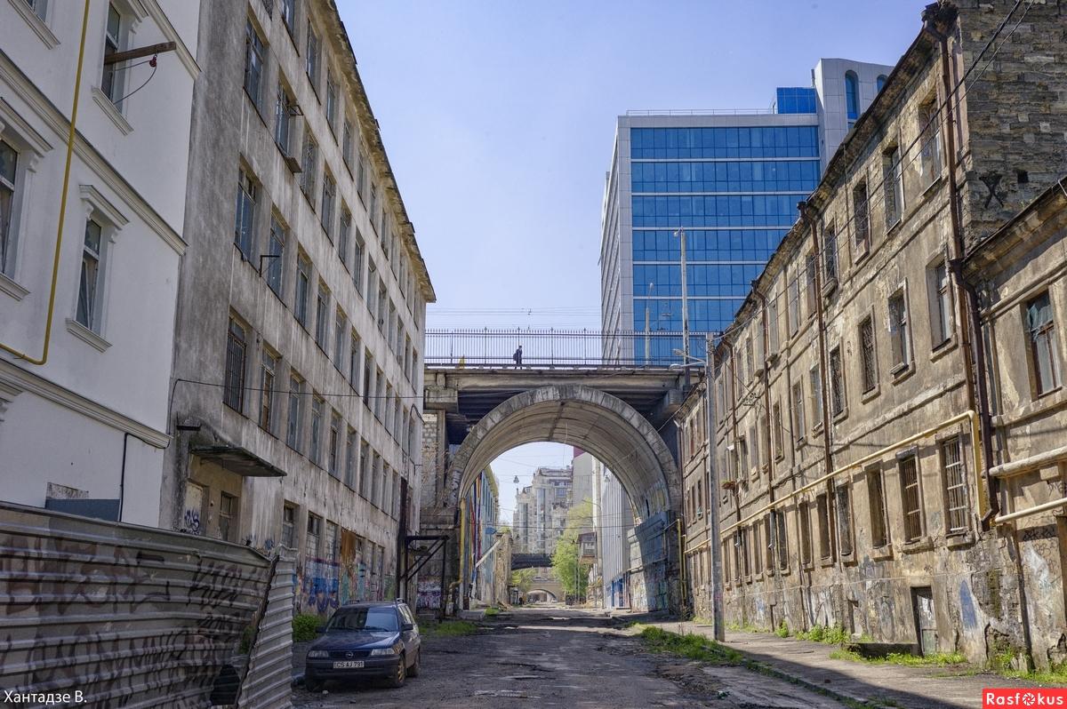 Деволановский спуск: перспектива на одесские мосты с Таможенной площади.