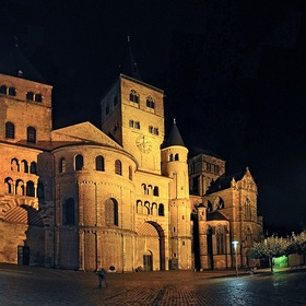 Trierer Dom. Фасад ночью